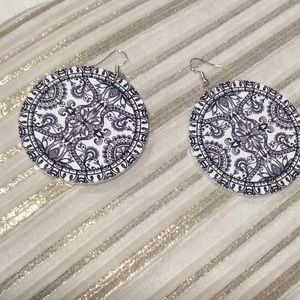 unknown Jewelry - White/Navy round flat earrings.(3/$15)